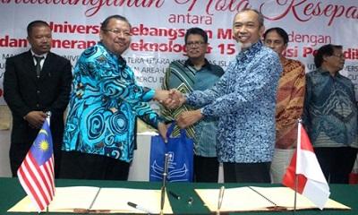 rektor universitas islam indonesia (uii), dr. ir. harsoyo, m.sc. berjabat tangan dengan rektor (naib canselor) ukm, prof. datok dr. noor azlan ghazali